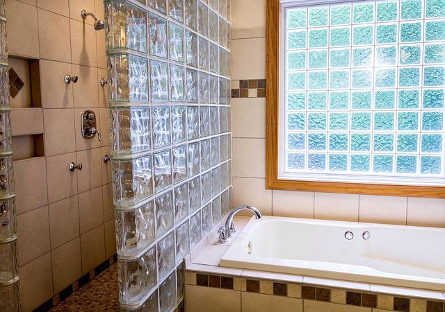 Comment enlever le calcaire sur une paroi de douche for Enlever calcaire carrelage douche